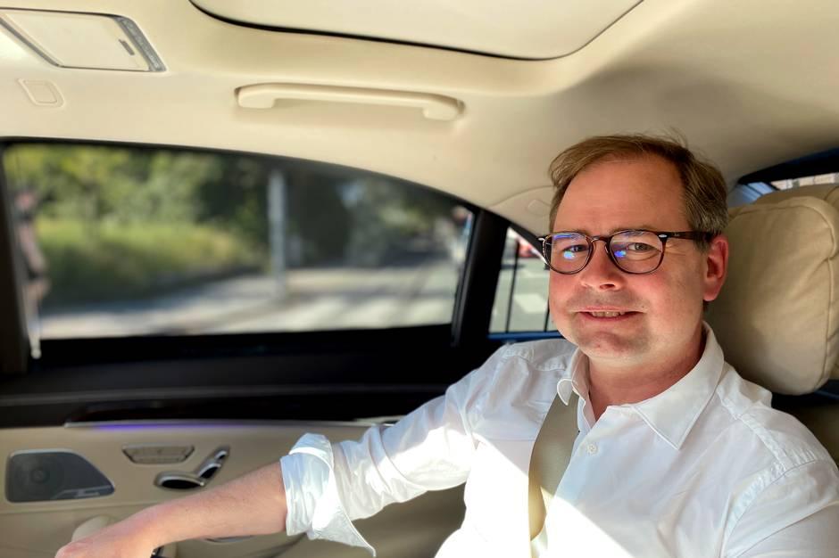 I denne artikel kan du læse om en ny, historisk trafikaftale, som har særligt fokus på Aarhus. Du kan også læse om en mand, der sover mindre, end han gerne ville, og som er kommet faretruende tæt på at kysse sin kones tvillingesøster.