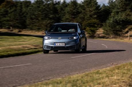 Det er langt billigere at få en service- reparationsaftale på en elbil frem for en plug-in hybrid, mens konventionelle modeller ligger i midten, viser undersøgelse.