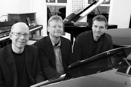 De tre jazzpianister Hans Esbjerg, Pojken Flensborg og Mads Bærentzen mødes og spiller på hver sit flygel i et nyt koncertformat.  Prfoto
