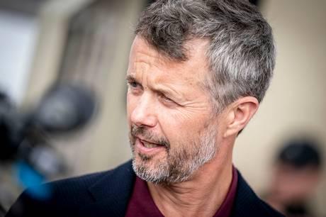 """I Gribskov mødes tronarvingen med værterne Nikolaj Kirk og Jørgen Skouboe i tv-programmet """"Nak og Æd"""". Og omgangsformen skal være uformel, lyder det."""