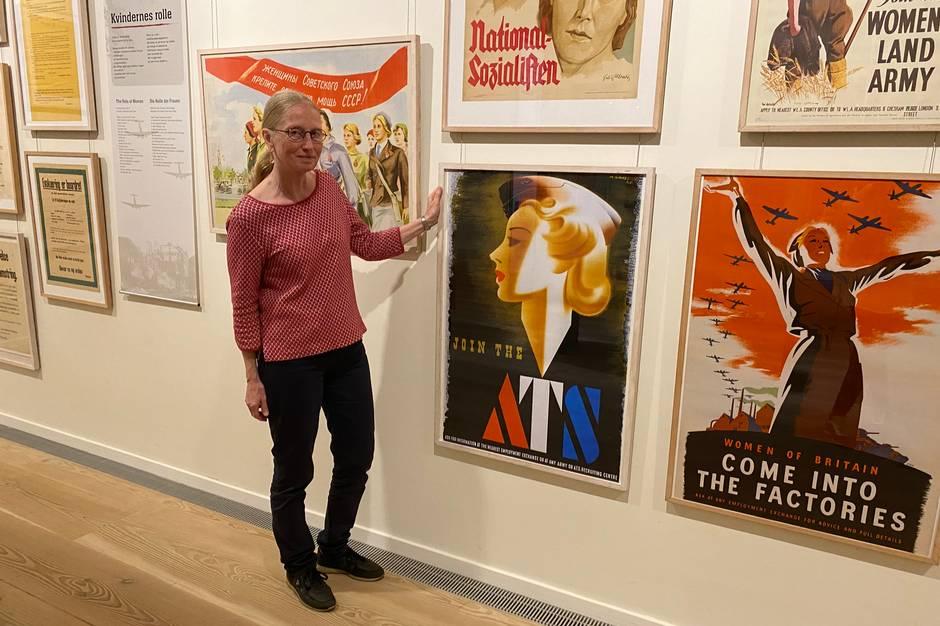 """Over 100 propagandaplakater fra og om anden verdenskrig er rykket ind på Plakatmuseet i Den Gamle By. Udstillingen """"Plakater i Krig"""" udtrykker stilen og stemningen, meningerne og holdningerne fra dengang, plakaterne blev fremstillet og hængt op overalt i gadebilledet."""