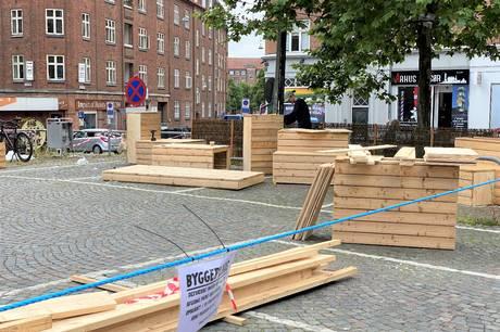 Kreative kræfter fra Institut for X arbejder i disse dage hårdt på at omdanne det trafikerede Vesterbro Torv i Aarhus til et grønt, hyggeligt og livligt opholdsareal. Teknik og Miljø står bag projektet, som skal løbe i en prøveperiode på fire måneder.