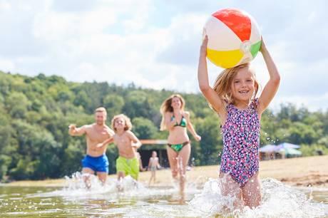 Læs eksperternes bud på aktive strandlege og spil, som ikke kræver forberedelse, kan bo permanent i strandtasken og holde hele familien beskæftiget.