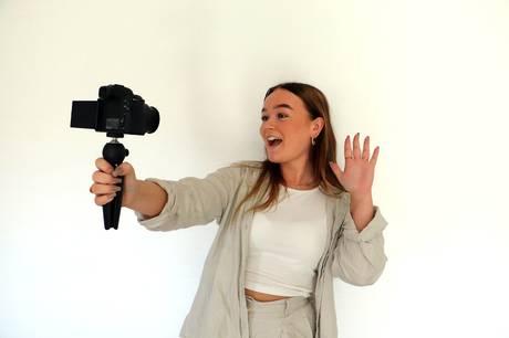 21-årige Kathrine Fisker fra Søften tjener penge ved at lave sponsorerede videoer eller fotos på de sociale medier.