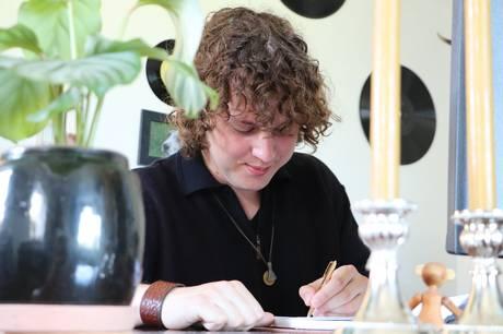 20-årige Sebastian Søndergaard har fundet en måde at tøjle sine følelser. Det er der nu kommet digtsamlingen 'Bortløbne Tanker' ud af.
