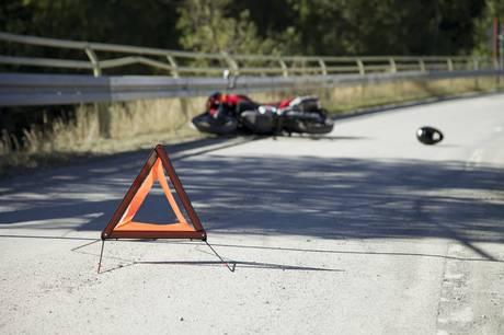 Motorcyklist fik flere knoglebrud ved ulykke.