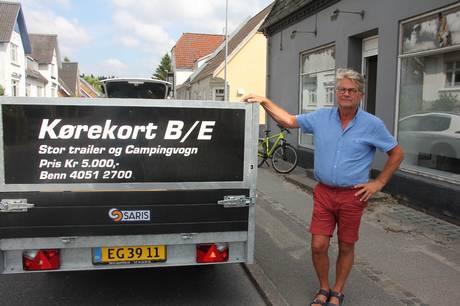 Benn Schmidt, tidligere ejer af Ryomgård Hotel, er allerede i fuld sving som kørelærer, men de lejede lokaler på hovedgaden i Ryomgård bliver først helt klar til brug efter sommerferien.