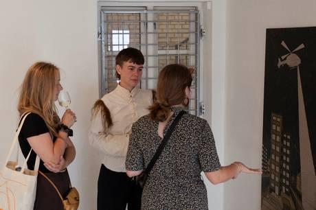 """Kunstner Bjørg Dyg Nielsen udstiller værker, der illustrerer forskellige former for snigende ubehag. Udstillingen har titlen """"Exploring Discomfort"""" og kan opleves på Galleri Tese i Vestergade."""
