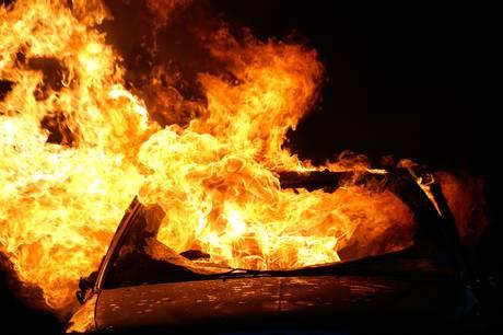 En bil udbrændte totalt, mens to andre fik store brandskader.
