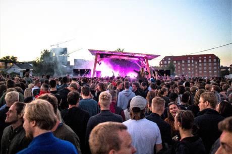 Fredag kickstartes Aarhus' nye ungdomskulturfestival Avenue One i Ridehuset og på Officerspladsen. Festivalen løber over fire uger og byder på musik, kunst, workshops og talks i alle afskygninger.