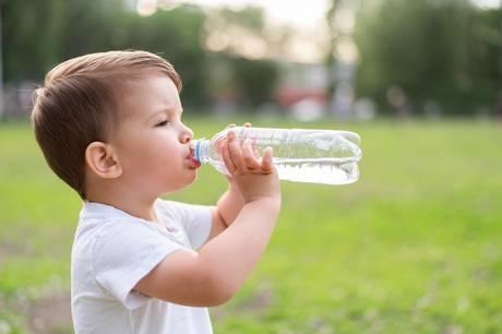 Sommerheden kræver mere væske indenbords, så sørg for at tilbyde ungerne kolde drikke, og prøv at gøre væsketilbuddet interessant på forskellige måder.