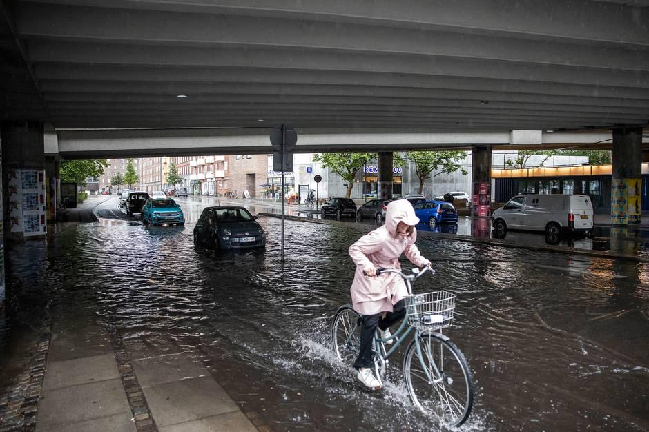 Næsten hele landet kan blive ramt af kraftig regn i løbet af søndagen.