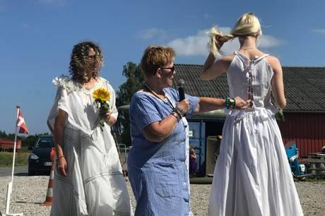 Fredag holdt Britta Astrup fra Mesballe modeshow ved Militærbutikken i Auning - alt sammen for at vise, hvor sjovt det kan være at genbruge og redesigne gammelt tøj.