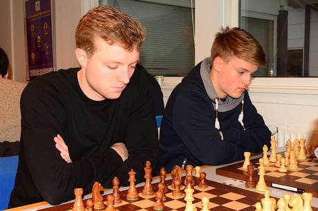 To af Skanderborgs dygtige, unge spillere Bjørn Møller Ochsner (t.v.) og Filip Boe Olsen ved en tidligere holdkamp. Begge de talentfulde spillere skal kæmpe hårdt for at opnå en GM-norm i Skanderborgs stormesterturnering 14.-22. august. Pressefoto