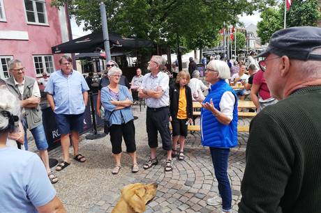 Fra torvet i Grenaa kan man tirsdage frem til august komme på rundtur i byen og høre om byens historie og måske endda lære noget nyt.
