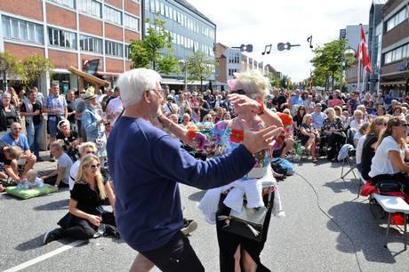 Adelgade i Skanderborg er fra 5.-7. august rammen for Smuk By-gadefestivalen med masser af forskellige aktiviteter.