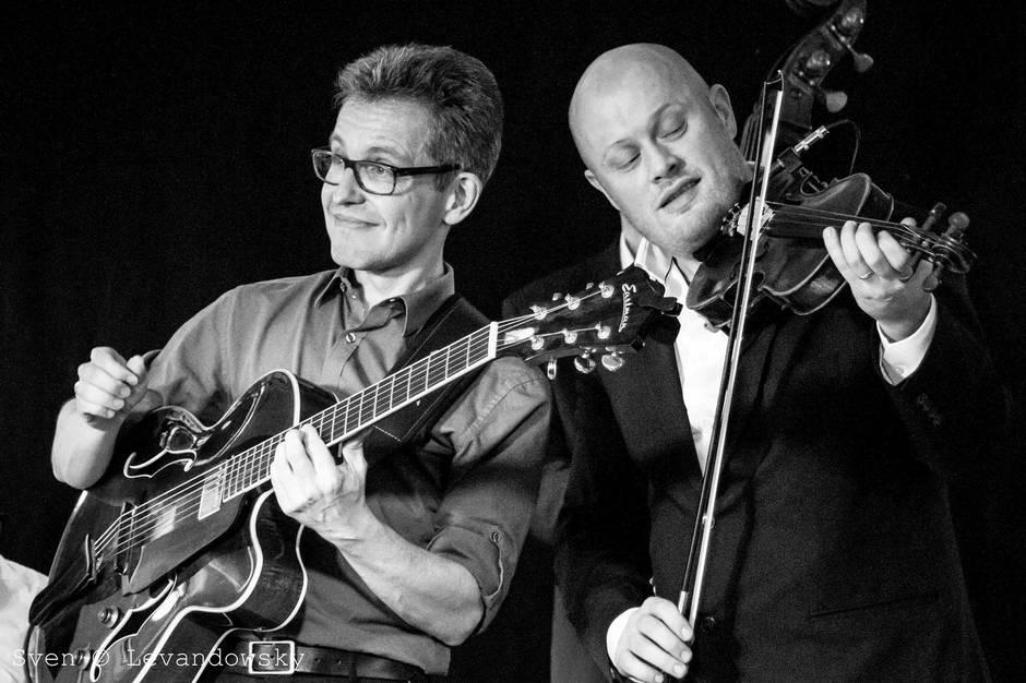 Jens Christian Kwella på guitar og Lasse Høj Jacobsen, vokal og violin, udgør halvdelen af The Rascal Swing Band, der desuden består af Peter Friis på kontrabas og Martin Klausen på trommer. Pressefoto