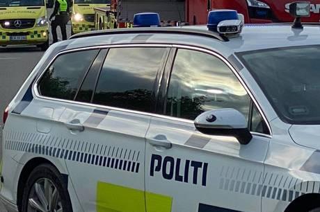 En mand blev tirsdag ramt af en lastbil på en ejendom uden for Holstebro. Politiet har anholdt konen og sigtet hende for spritkørsel.