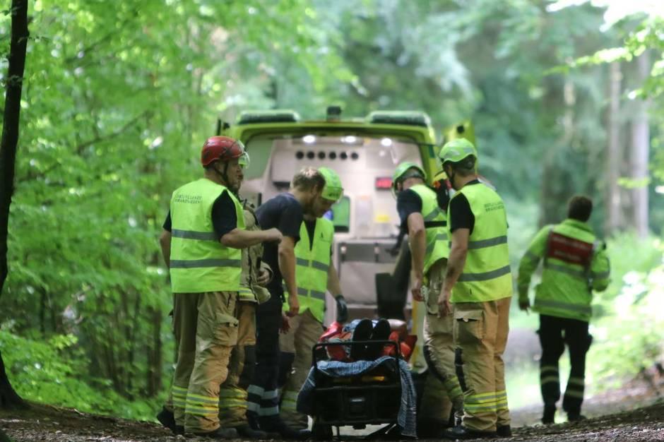 Østjyllands Brandvæsen hjalp ambulancefolk med at få forulykket kvinde ud af Marselisborgskoven efter et solo-styrt.
