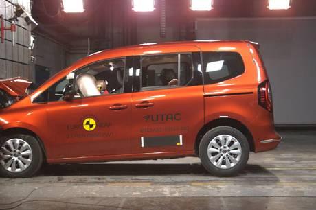 Nye bilmodeller fra Renault og Opel må nøjes med fire Euro NCAP-stjerner i nye sikkerhedstest, hvor særligt Opel sparer på sikkerheden. Det er ærgerligt, mener FDM.