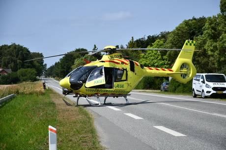 Ulykken med desværre dødelig udgang skete på Nystedvej ved Sakskøbing på Lolland, og vejen var en overgang helt spærret, mens redningsmandskabet arbejdede på stedet. Kvinden blev fløjet med akutlægehelikopter til hospitalet i Odense.