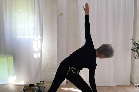 Hatha-yogalærer Majbritt Thomsen guider deltagerne igennem de gode øvelser med yoga og meditation. Pressefoto