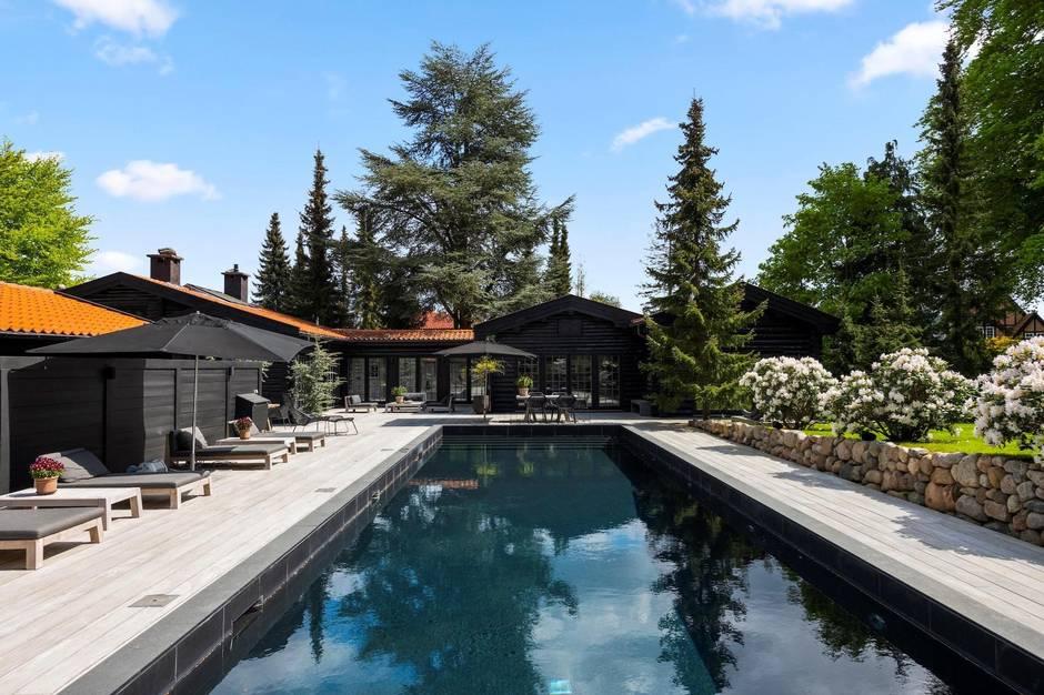 12 værelser, en stor privat grund og et luksuriøst pool- og loungemiljø.