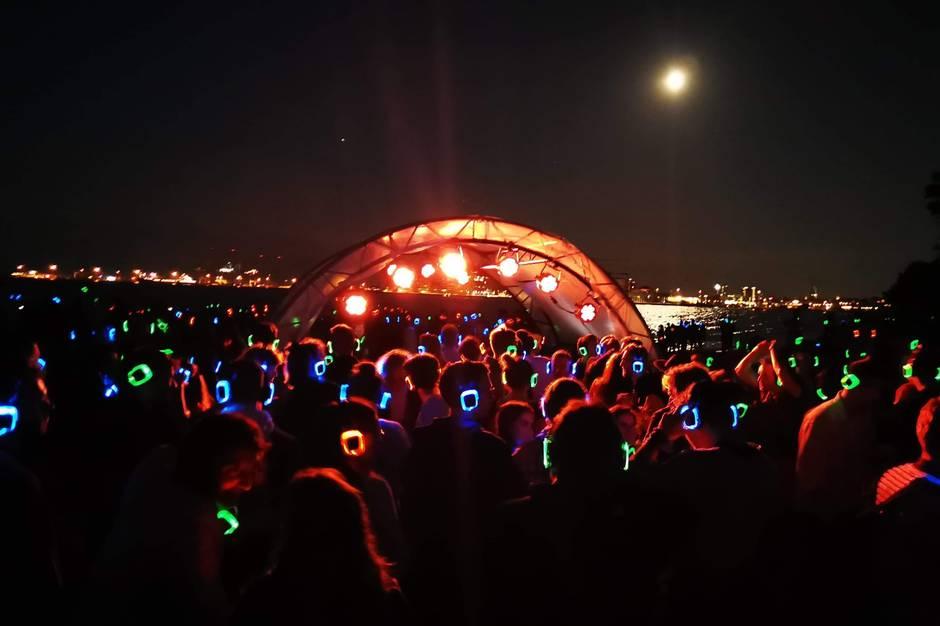 Der er dømt sand, vand, musik og mangfoldighed, når Extravaganza Beach Festival inviterer til Silent Disco på Den Permanente 20. og 21. august.
