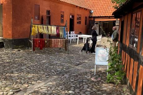 Museumschef Jørgen Smidt-Jensen glæder sig over, at coronapasset er droppet igen fra 1. august på museerne, så fx Farvergården i Ebeltoft frit kan invitere gæster indenfor, uden at de skal vise coronapas. Pressefoto