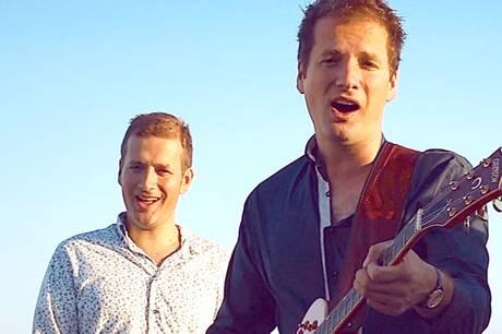 De musikalske tvillingebrødre, Jakob og Josef Baumgartner, er på plakaten fredag på Bønnerup Havn, hvor skibstømrer Benny Rasmussen lægger kutter til