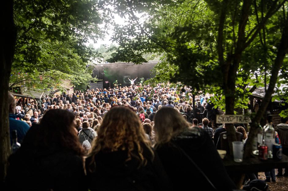 Tre dage med musik, nærvær, øl, dans og regn kulminerede på festivalens sidste dag, lørdag, hvor hegnet, der skilte de 2.000 gæster ad, blev væltet.
