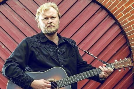 Anmelderoste Stig Nielsen, kendt under kunstnernavnet CS Nielsen, og ambassadør for en genre, der er en skøn blanding af americana, roots, country, folk, eksistentielle temaer og støvede landeveje spiller på TheWineBottle  i Ryomgård lørdag aften.