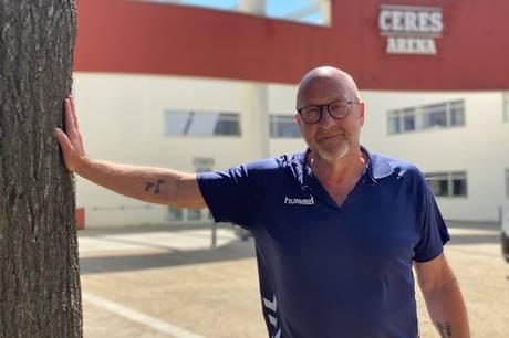 Gennem 28 år har Kenneth Slavensky arbejdet som håndbold-holdleder - først Aarhus KFUM og senest Århus Håndbold. Nu flytter fiskersønnen hjem til det vestjyske efter bøvl med skimmelsvamp i sit hus i Skejby og for at komme tættere på datter og børnebørn.