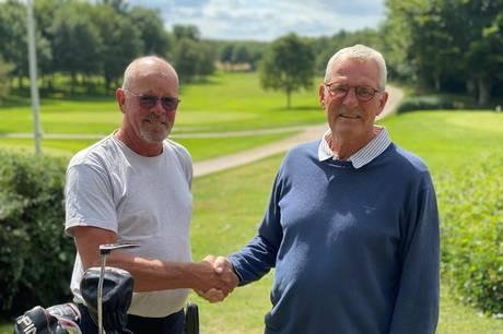 Ingen af de unge golfspillere kan følge med 67-årige Kim Nielsen.