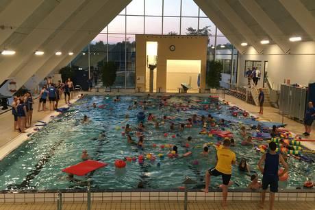 40 piger og 32 drenge deltog i årets Aquacamp, hvor der i år var sat fokus på udspring, vandpolo og livredning i vandet. Pressefoto