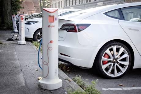 Gratis parkering for elbiler vil ramme beboerparkeringen, mener Venstre, mens Socialdemokratiet støtter forslaget og kalder det »et stærkt signal«.