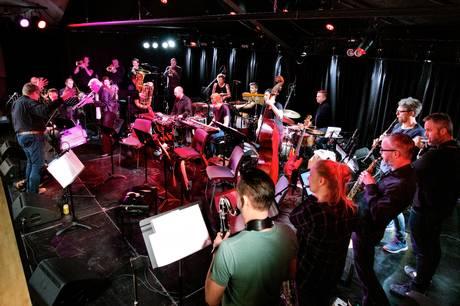 Blood Sweat Drum + Bass (BSD+B) og Palle Mikkelborg ved en tidligere koncert. Pressefoto