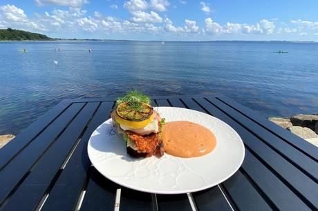 På den nye Restaurant Havnær på Aarhus Ø er signaturretten den klassiske fiskeret Stjerneskud - tilsat restaurantens kreative prik over i'et.