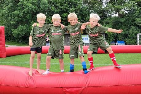75 børn legede og spillede fodbold