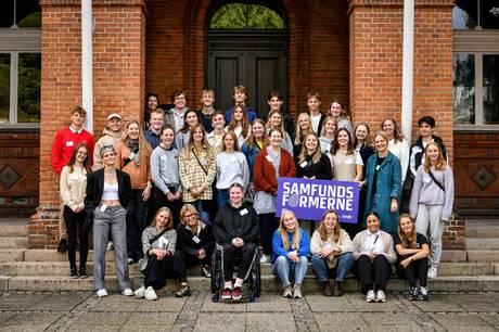 De første 38 unge i 'Samfundsformerne' på Stænderpladsen i Viborg, før de rejste mod Weimar på 72 timers inspirations- og dannelsesrejse. Foto: Palle Skov/Region Midtjylland