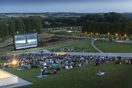 Oplev Oscarvindende film på taget af Moesgaard Museum, når museet og AURA Energi inviterer til sommerbio under åben himmel.