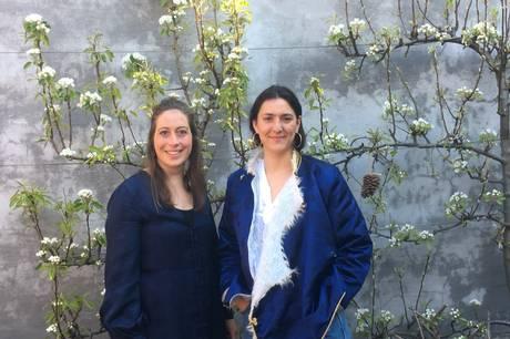 Natasia Kaltoft (tv) og Sheila Bakhshi (th) vil fra RedenUngs autocamper sætte fokus på bl.a. sugardating. Pressefoto