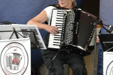 Ebeltoft Harmonika Klub tog ældre fra hele Djursland med storm i Blåhvalen.