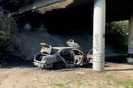 Bil brød i brand under jernbanebro i Hørning.