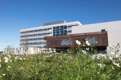 Dansk Industri peger på markant besparelse for Skanderborg Kommune ved at inddrage flere private virksomheder i driften.