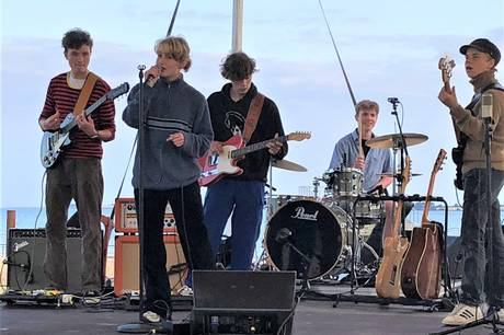 Bandet Kurs består af fem gode venner fra Musikefterskolen i Humble. Pressefoto