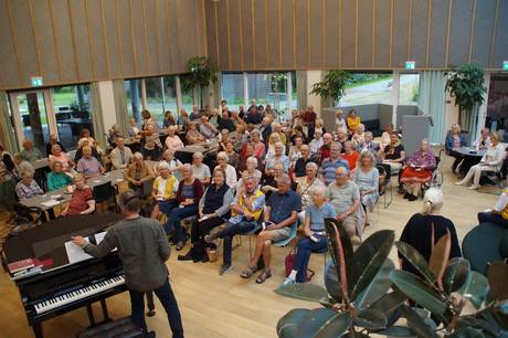 Det var tydeligvis 120 ældre fra byen samt plejehjemmet, som var mødt frem. Pressefoto