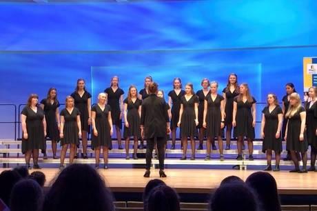 Skanderborg Pigekor synger for ved fællessangsarrangementet. Pressefoto