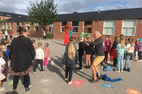 Internationalt gadeteater-besøg på højt niveau fra Østrig i skolegården i Allingåbro