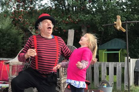 Den fik på alle tangenter med festival, musik og underholdning med den rendyrkede klovn og gøgler Tonny Trifolikom, da Pindstrup Børnehus rundede et skarpt hjørne onsdag 25. august.